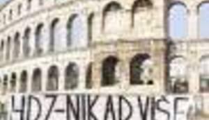"""LUTAJUĆA PORUKA: Gdje se sve prije Tuđmanove rodne kuće pojavljivao transparent """"HDZ-nikad više"""""""