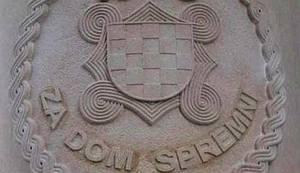 NOĆNA AKCIJA POLICIJE U SPLITU: Uklonjen uklesani ustaški pozdrav sa spomenika HOS-ovcima!