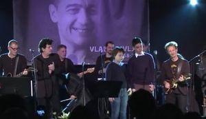"""DIRLJIVI OPROŠTAJ (VIDEO): Bajaga i hrpa muzičara otpjevali """"Rusiju"""", pridružili im se i Divljanovi sinovi"""