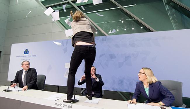 """PRESTRAVILA DRAGHIJA: Aktivistica zbog """"DICK-tature"""" napala šefa Europske centralne banke!"""