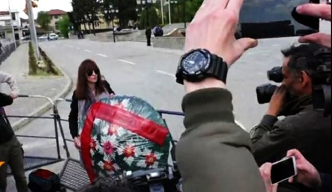 """KRITIČARI CVIJEĆEM NA GRUEVSKOG: Novinari """"vratili"""" pogrebni vijenac premijeru"""