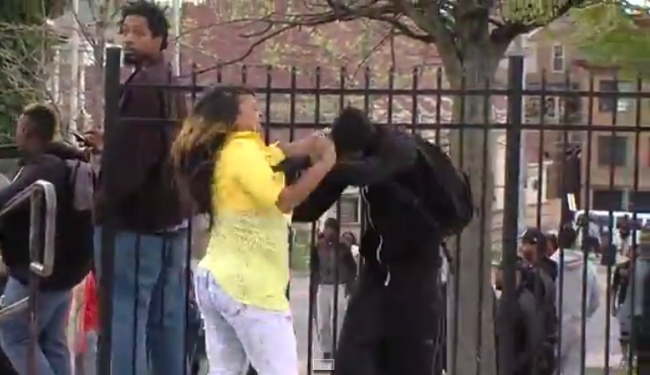 VIJEST DANA IZ BALTIMOREA (VIDEO): Maskiranog prosvjednika išamarala majka