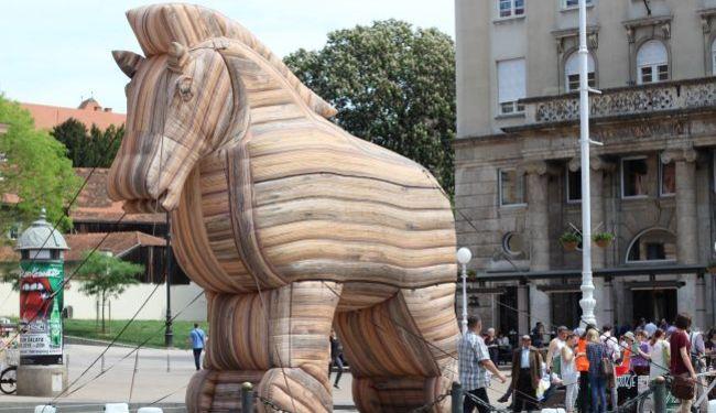ZAUSTAVIMO TTIP: Na Trgu bana Jelačića osvanuo trojanski konj, u utrobi su korporacije