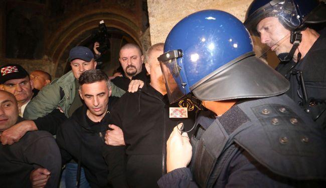 ŠATORAŠI POSTALI CRKVENJACI: Branitelji u crkvi Sv. Marka, svećenici čuvaju ulaz od policije