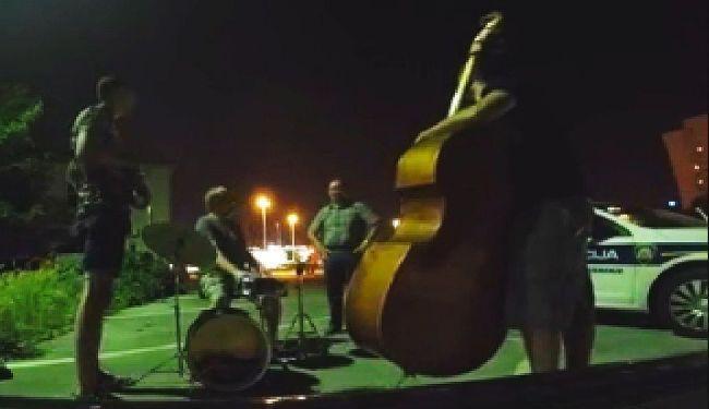 VIDEO: Policija rastjeruje koncert Levačića i njegovih džezera