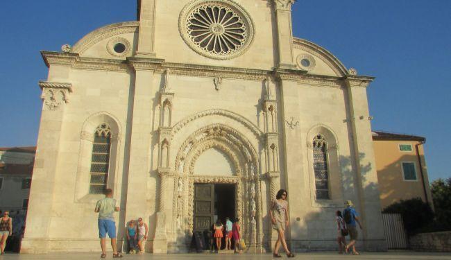 HRVOJE NA LJETNIM GUMAMA: Vodice - turist turista gazi