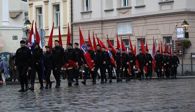 """POLICIJA JE SKUP MORALA PREKINUTI: """"Zgroženi smo postrojavanjem Slavonske sokolske garde pred Saborom"""""""