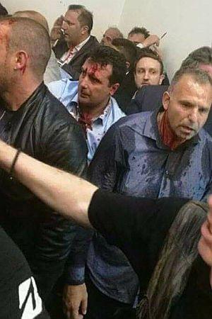 KRVAVI UDAR U MAKEDONIJI (VIDEO): Policija pustila huligane u parlament da brutalno pretuku oporbu