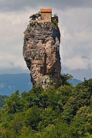 POSLJEDNJI STILIT: Upoznajte monaha koji je od ovozemaljskih iskušenja pobjegao na vrh nepristupačne stijene