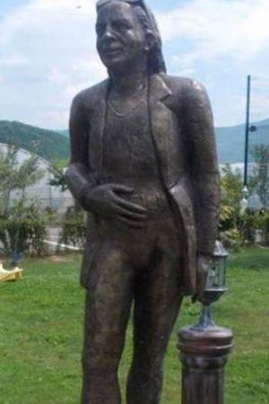 KAD NI'KO DRUGI NEĆE: Sam sebi podigao brončani spomenik u prirodnoj veličini