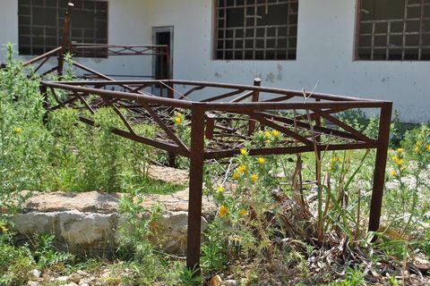 Zatvorski kreveti još su razbacani po dvorištu