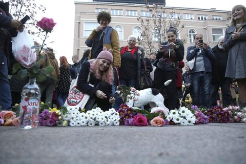 Građani Zagreba odazvali su se na prosvjed te nasred trga koji se zove Cvjetnim zbog cvjećara koji su tu već desetljećima, položili na stotine cvjetova