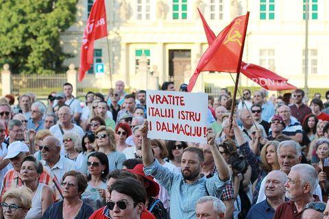 PROSVJED NEPOKORENOG GRADA: Trg je Titov, Trg je naš!
