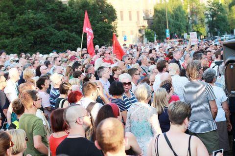 PROSVJED NEPOKORENOG GRADA: Trg jer Titov, Trg je naš!