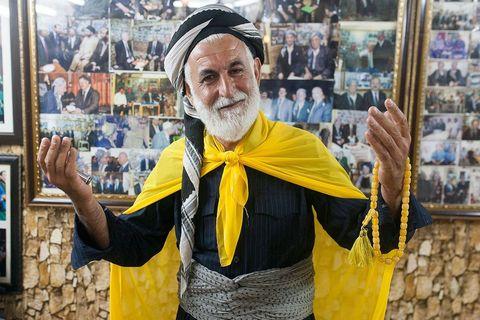 """Muškarac izražava """"sreću životom"""" u jednoj od najstarijih i najpopularnijih čajdžinica u Erbilu"""