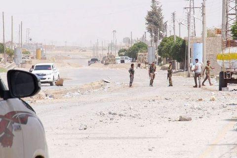 Patrola na ulicama Rake, u lovu na dezertere iz redova ISIS-a koji prerušeni u civile i civilke pokušavaju pobjeći iz obruča