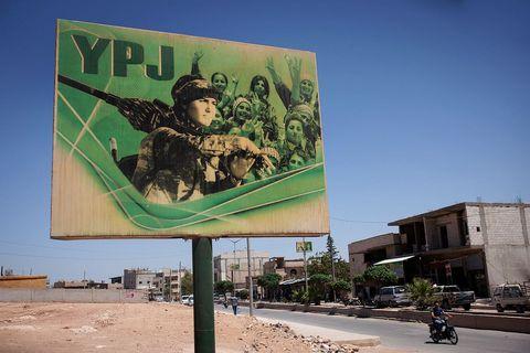 Poster koji slavi pripadnice YPJ-a i posredno time emancipaciju žena koja je veliki dio političkih ciljeva kurdskih partija okupljenih oko PKK