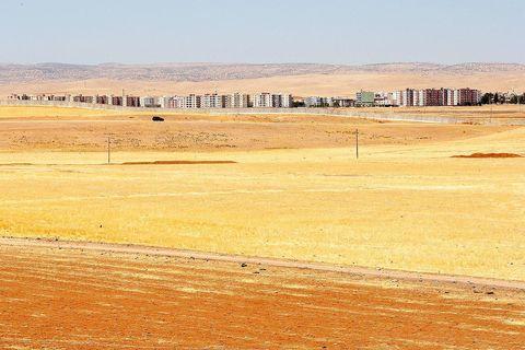 Zid koji označava tursku granicu koja dijeli sestrinske gradove Nusaybin i Qamishlu