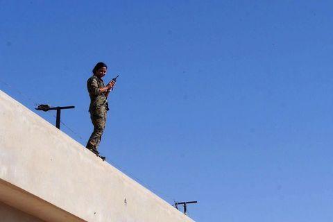 Rosul, zapovjednica YPJ jedinice koja se bori u Raki, koordinira preko radio prijamnika s prvom linijom fronta