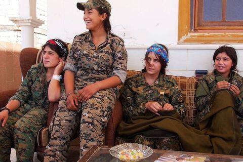 Pripadnice YPJ postrojbe u predgrađima Rake na odmoru od okršaja na prvim linijama fronta
