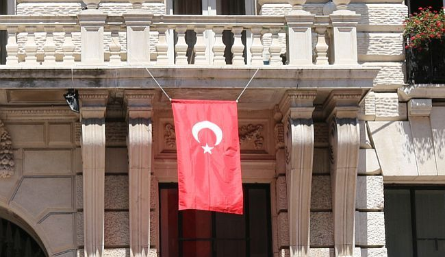 NAKON BOMBAŠKOG NAPADA: Na riječkom Korzu gradske vlasti izvjesile tursku zastavu