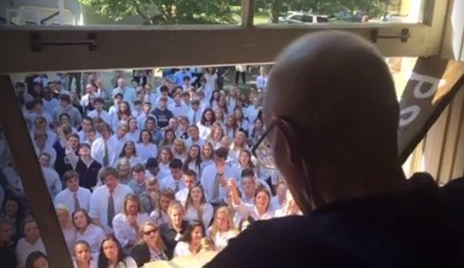 SVI KAO JEDNO: Cijela škola pjevala pod prozorom učitelja koji ima rak