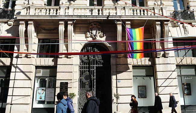 BRAVO ZA RIJEKU: Povodom napada u Zagrebu riječke vlasti izvjesile zastavu duginih boja