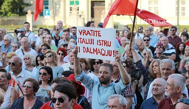 """NACIONALNA UGROZA: Zbog transparenta """"Vratite Italiji Istru i Dalmaciju"""" prijavljen za veleizdaju"""