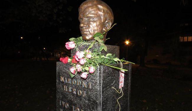 PROTUAKCIJA U ZAGREBU: Građani ostavljaju cvijeće na antifašističkim spomenicima