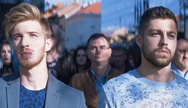 "BITKA ZA ZATUCANOST: ""Uzrujanim građanima"" smeta gay par na reklami"