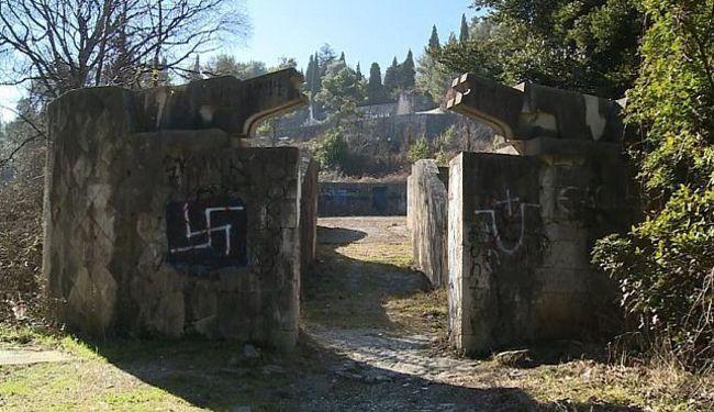 MOSTARSKO DIVLJAŠTVO: Napadali ljude na Partizanskom groblju. Izaslanstvu oteli cvijeće, studentima prijetili