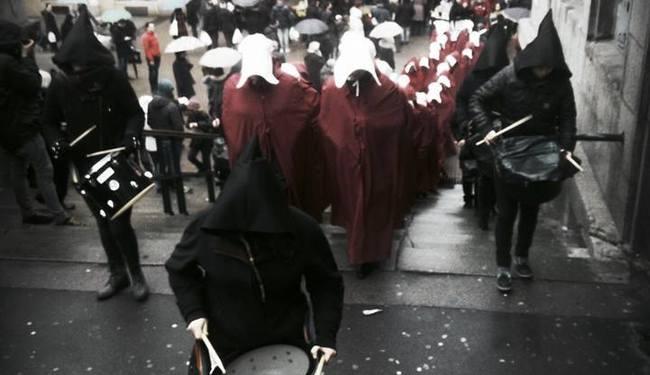 """""""NISMO SLUŠKINJE I NIKAD NEĆEMO BITI"""": Prosvjed uz potresna svjedočanstva žrtava i isječke Istanbulske konvencije"""