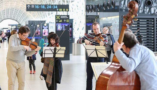 VIDEO: Zagrebački solisti na aerodromu izvadili instrumente i koncertom iznenadili putnike