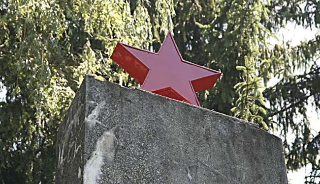 REVIZIONISTIČKA ALKEMIJA: Svođenje crvene zvijezde i kukastog križa na istu razinu