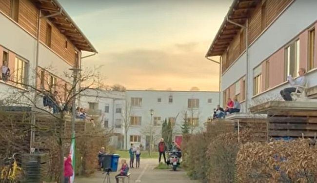"""VIDEO: Nijemci s krovova pjevaju """"Bella ciao"""" u znak solidarnosti s Talijanima"""