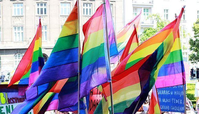 U ZNAK PROTESTA PROTIV ODLUKE VATIKANA: Brojne katoličke crkve izvjesile zastave duginih boja