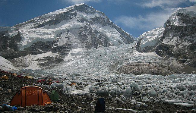 OPASNOSTI KOMERCIJALNOG ALPINIZMA: COVID-19 ušao i u pretrpani bazni logor podno Mt. Everesta