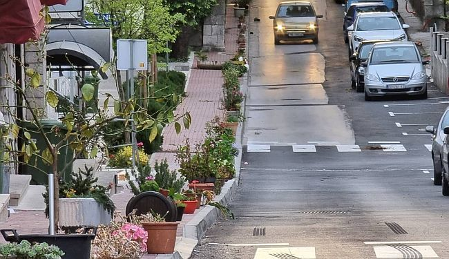 JEDINSTVENA TRADICIJA: Centar Vrgorca zakrčile stotine ukradenih posuda s cvijećem