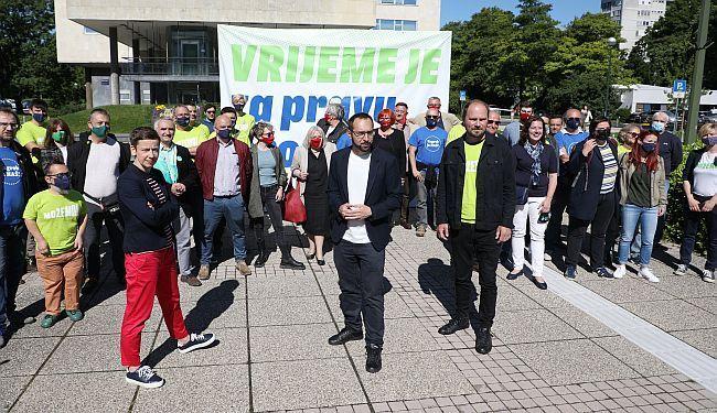 KOMENTAR BORISA PAVELIĆA: Nadajmo se da nećemo gledati reprize desničarskih pučističkih prijetnji