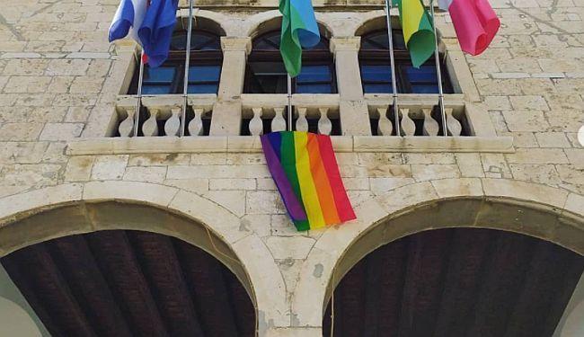 KORAK PO KORAK – PROCES: U Puli na Gradskoj vijećnici osvanula zastava duginih boja