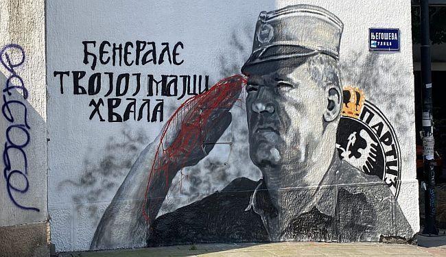 """POPRAVLJEN MURAL RATKU MLADIĆU: Ratnom zločincu stavljena """"krv"""" na ruke"""