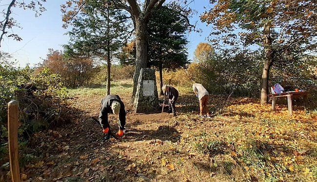 novice 27. listopada 2021. kad neće vlasti, ima tko hoće: građani očistili zapušteni partizanski spomenik