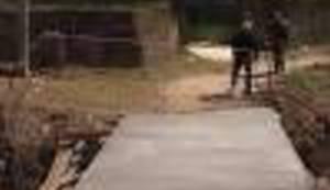 GROTESKA KAO IZ ALAN FORDA: Svečano otvorili betonsku ploču preko potoka i nazvali je mostom