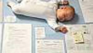 FOTOGRAFIJA KOJA 'OSVAJA' DRUŠTVENE MREŽE: Kako se beba našla u moru papirologije