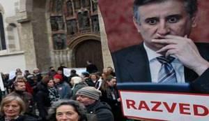"""DAN UOČI: Pod velikim policijskim osiguranjem održan marš """"Glasaj protiv"""", HNS priopćio da su njihove aktiviste na Cvjetnom trgu napali huligani (FOTO)"""