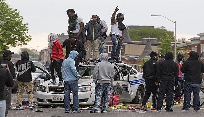 RASNI PROTESTI U BALTIMORU: Gore zgrade i automobili, stigla Nacionalna garda