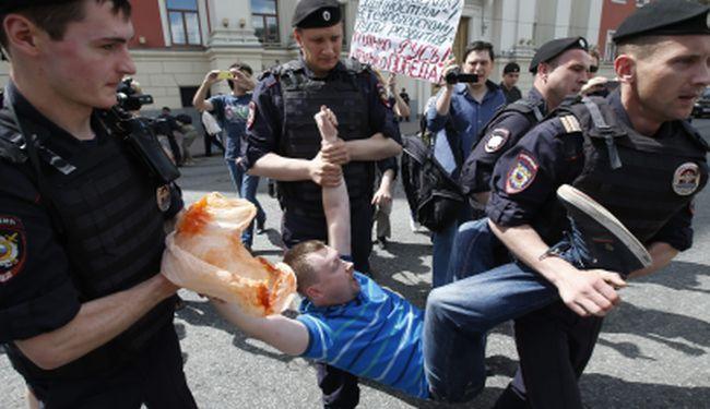 NOVE ŽRTVE PUTINOVIH BATINAŠA: Policija i homofobi rasturili gay paradu u Moskvi