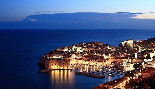 IZLOŽBA - ČEGA SE SJEĆAMO: Tuđe haljine u Dubrovniku