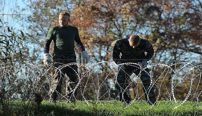 EKIPA LUPIGE NA ŽIČANOJ GRANICI: Slovenski vojnici dižu ogradu sa žiletima