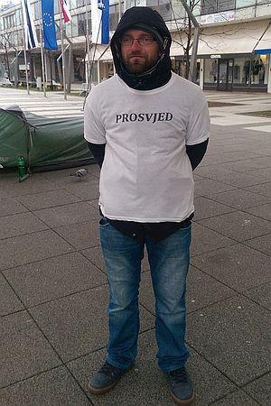 KAFKIJANSKI PROSVJED U OSIJEKU: Ovaj čovjek već mjesecima prosvjeduje. Protiv svega!
